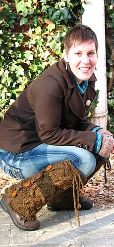 Bulky Cabled Legwarmers - Brown - smiling